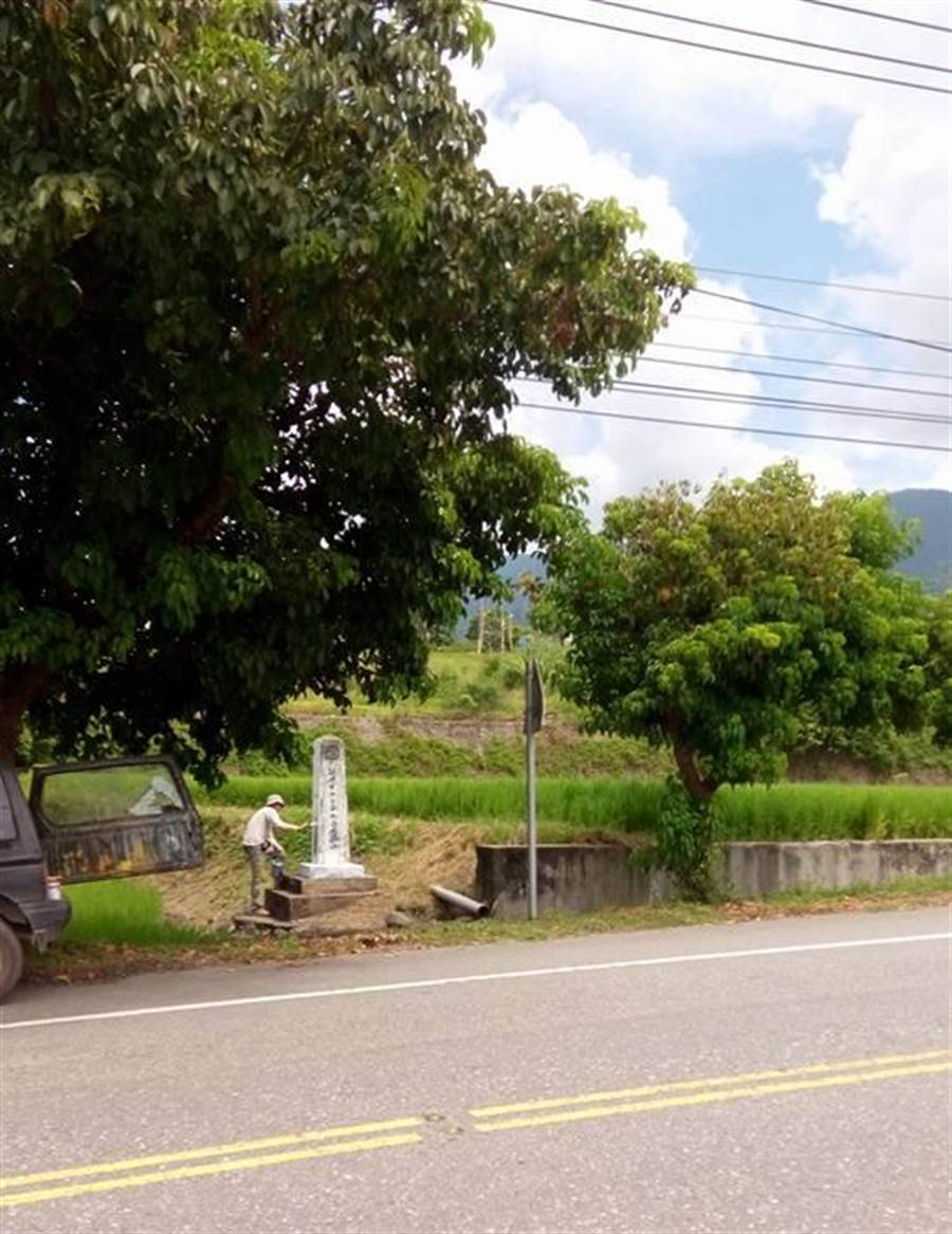 隱身在台193線99公里處附近田間的谷振亞紀念碑。(許家寧翻攝)