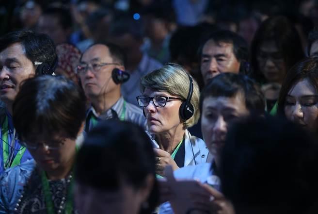 2017生態交通世界大會2日在高雄駁二蓬萊倉庫登場,包括50個城市首長共900位各國交通學者專家參與,各國人士透過翻譯耳機聆聽致詞。(王錦河攝)