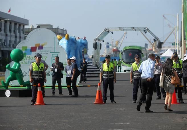 2017生態交通世界大會2日在高雄駁二蓬萊倉庫登場,包括50個城市首長共900位各國交通學者專家參與,蔡英文總統南下參加開幕,大批員警在場維安管制。(王錦河攝)