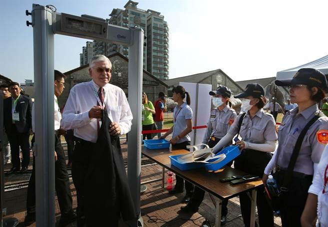 017生態交通世界大會2日在高雄駁二蓬萊倉庫登場,蔡英文總統南下參加開幕,各國人士都需經過安檢門才能進場。(王錦河攝)