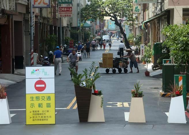 2017生態交通全球盛典1日起至月底在哈瑪星登場,哈瑪星部分巷弄街道交通管制,除自行車、電動車和行人外,燃油汽機車都禁止通行。(王錦河攝)