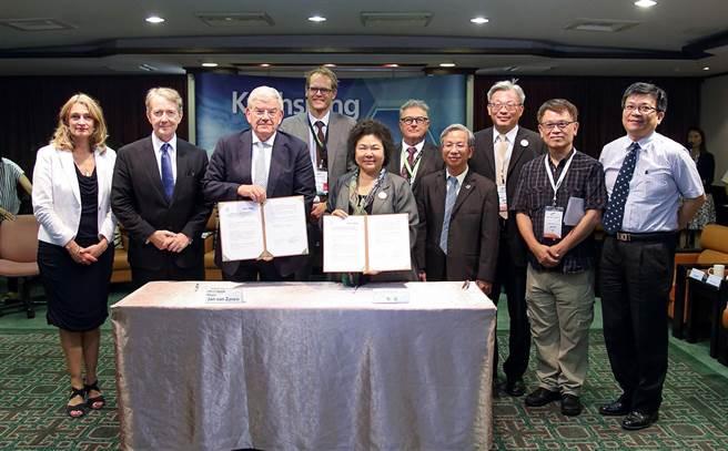 高雄市長陳菊(前右)與荷蘭烏特勒支市長范贊能(前左)簽合作備忘錄。(呂素麗翻攝)
