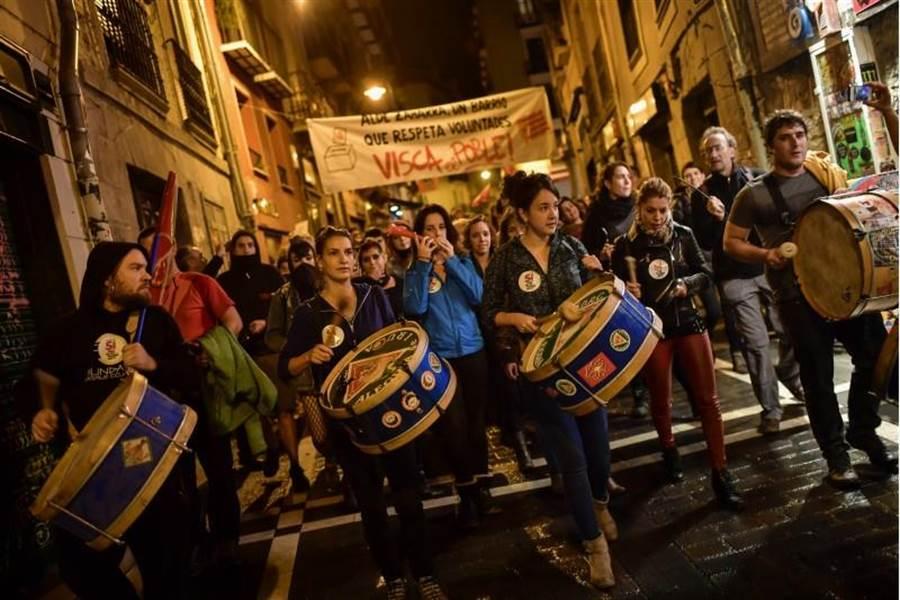 支持獨立的群眾在西班牙北部潘普洛納(Pamplona)打鼓行進,慶祝加泰隆尼亞1日舉行獨立公投。(圖/美聯社)