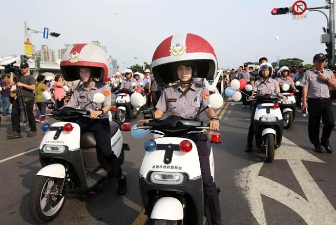 2017生態交通全球盛典嘉年華踩街遊行吸引上千群眾參與,連員警也戴上大型安全帽騎乘gogoro電動機車參加。(王錦河攝)