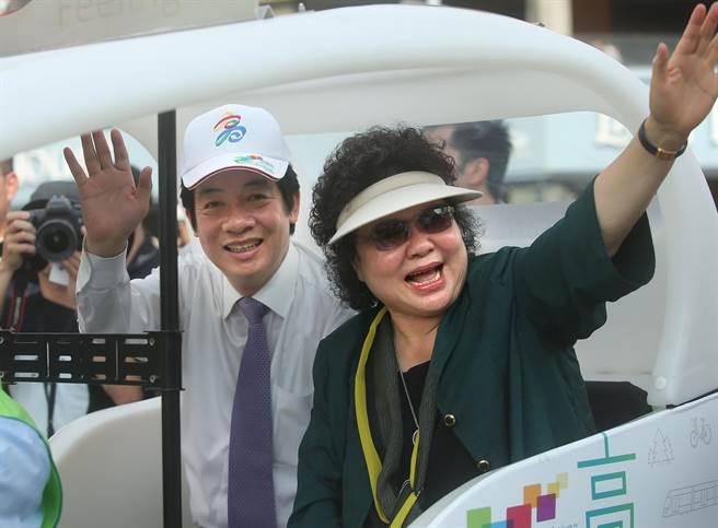 新任行政院長賴清德(左)上任後首次來到高雄,市長陳菊(右)陪同他搭乘Velotaxi電動三輪車,全程參與生態交通全球盛典踩街遊行,兩人一同向路旁民眾揮手致意。(王錦河攝)