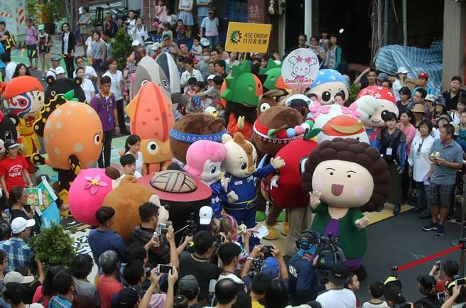 2017生態交通全球盛典嘉年華踩街遊行終點濱海一路舉辦吉祥物PK賽,包括花媽吉祥物等眾人偶一同現身,吸引許多民眾圍觀。(王錦河攝)