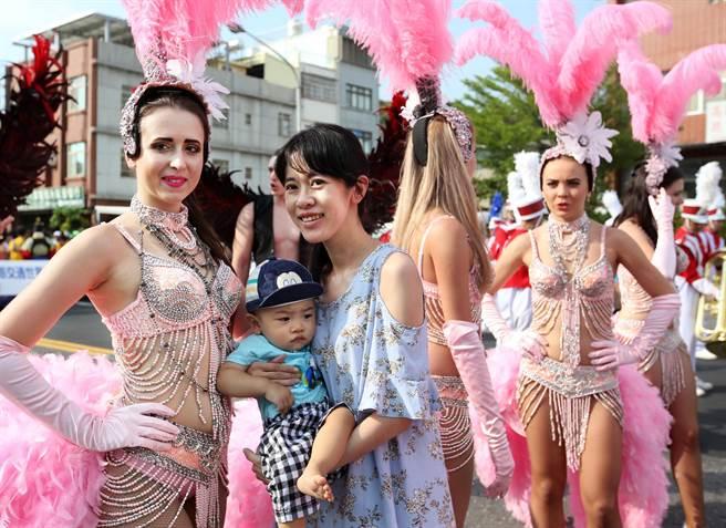 2017生態交通全球盛典嘉年華踩街遊行吸引上千群眾參與,來自烏克蘭的森巴造型女子吸引民眾爭相合影。(王錦河攝)