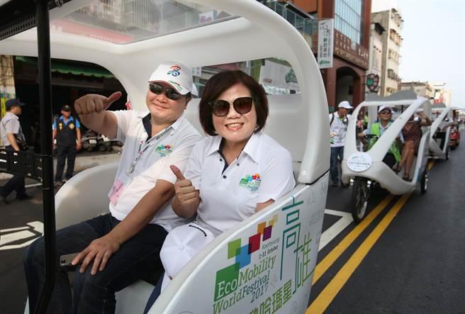 高雄副市長許立明(左)和許銘春(中)一同搭乘Velotaxi電動三輪車參加生態交通全球盛典踩街遊行。(王錦河攝)