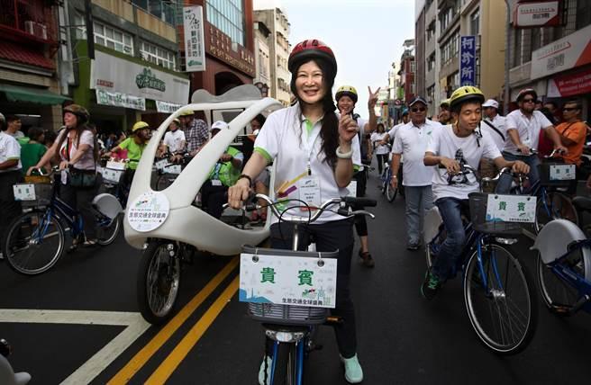 高雄空中大學首位女校長劉嘉茹(中)也騎乘C-bike和大家一同參與生態交通全球盛典踩街遊行。(王錦河攝)