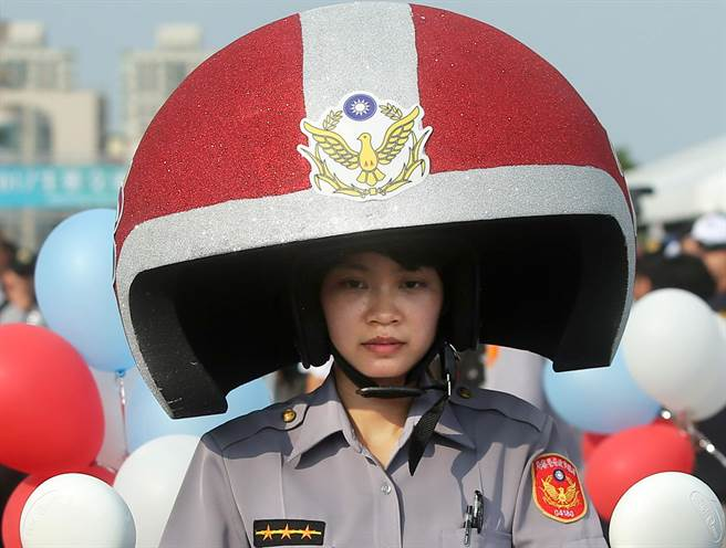 2017生態交通全球盛典嘉年華踩街遊行吸引上千群眾參與,連女警也戴上大型安全帽騎乘gogoro電動機車參加。(王錦河攝)