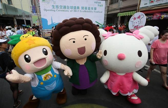 花媽吉祥物(中)、農業局吉祥物高通通(左)、夢時代吉祥物 Mimity(右)在高雄濱海一路吉祥物PK賽前一同合影。(王錦河攝)