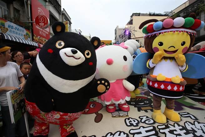 觀光局吉祥物高雄熊(左)、夢時代吉祥物 Mimity(中)在高雄濱海一路吉祥物PK賽前一同合影。(王錦河攝)