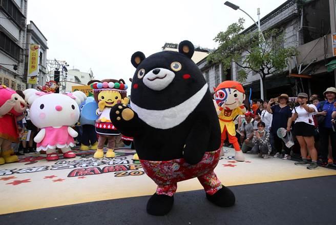 觀光局吉祥物高雄熊(中)等人偶在高雄濱海一路吉祥物PK賽前一同亮相。(王錦河攝)
