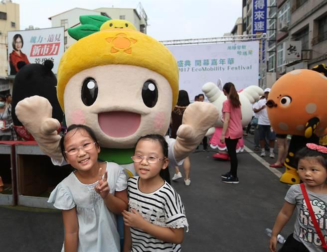 一對姊妹和農業局吉祥物高通通(中)在高雄濱海一路開心合影。(王錦河攝)