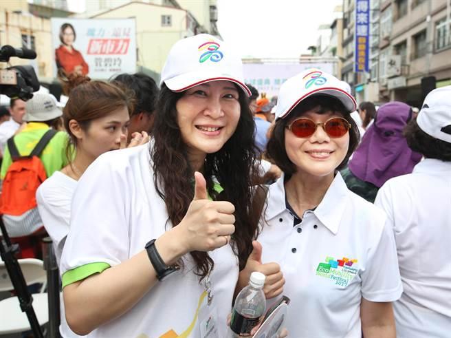 高雄空中大學首位女校長劉嘉茹(前排左)和法制局長陳月端(前排右)也一同參加生態交通全球盛典踩街遊行。(王錦河攝)