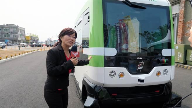 劉世芳化身「珍娜」,在全球生態盛典活動的哈瑪星,介紹無人駕駛電動巴士。(劉世芳辦公室提供)