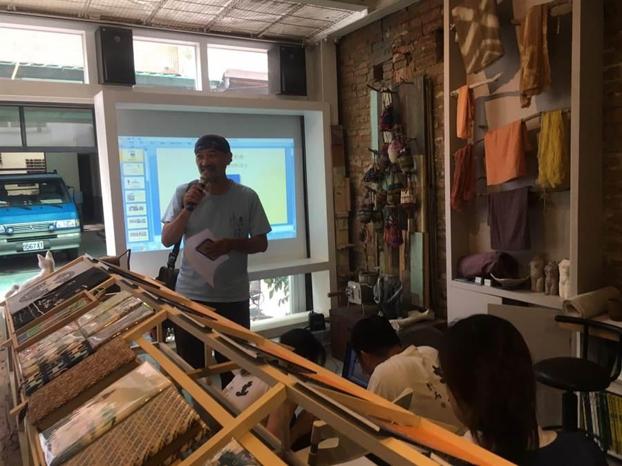 土道公民寫作班老師吳茂成講解如何透過文字了解台南文化。(許庭嘉攝)