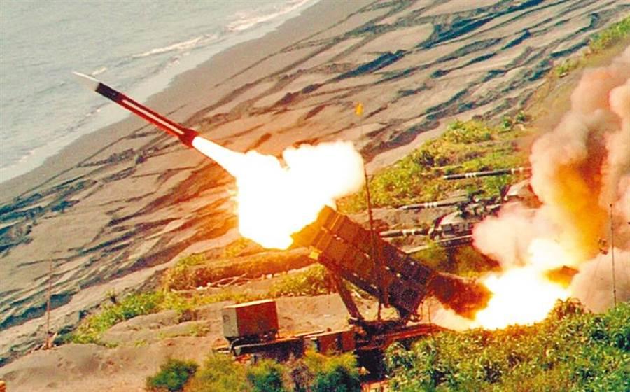 國軍試射配備的愛國者飛彈。(本報資料照)