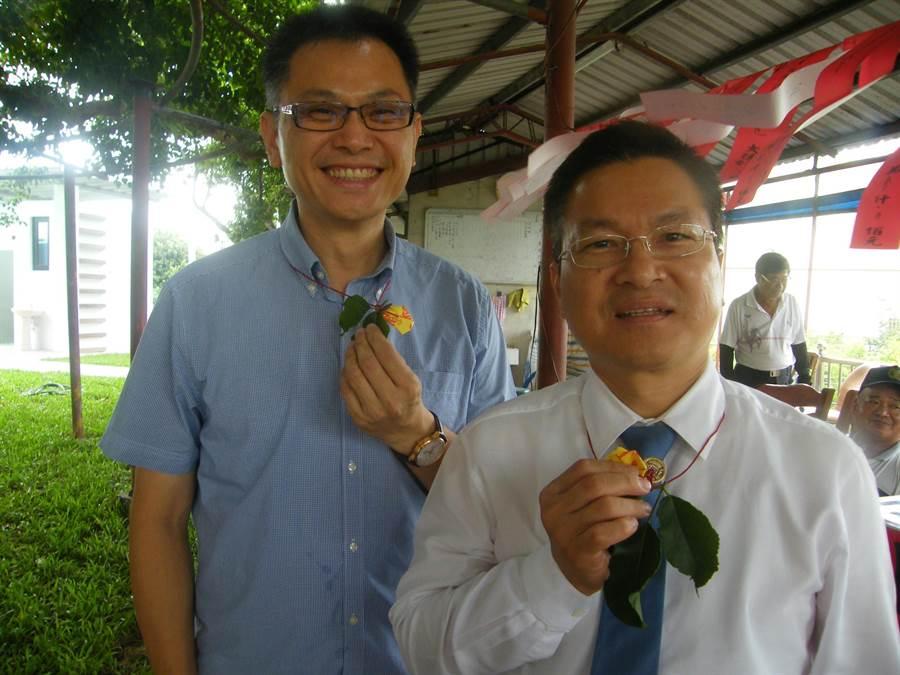 彰化縣長魏明谷(右)與埔心鄉長張乘瑜,也都是老茄苳公樹的契子。鐘武達攝。