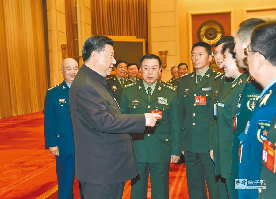 3月12日,大陸國家主席習近平出席解放軍代表團全體會議,會後接見來自基層部隊的部分軍隊人大代表。(新華社)