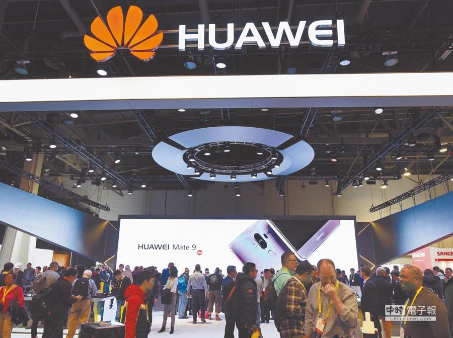 1月6日,全球最大的美國拉斯維加斯消費電子展(CES),華為展區參觀者眾多。(中新社)