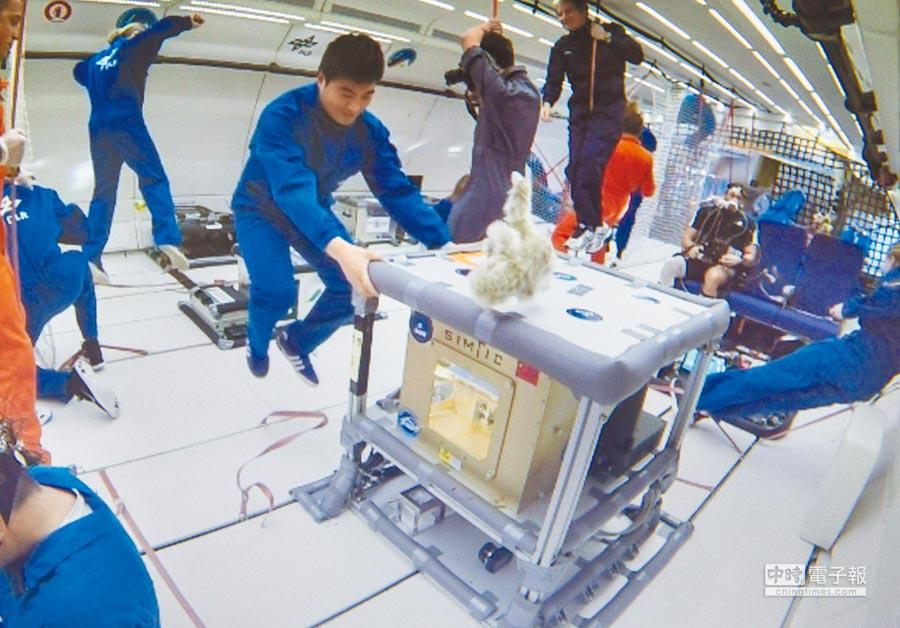 大陸將3D列印技術搬上太空。圖為大陸中科院研發的3D太空印表機在法國波爾多完成微重飛行試驗。(新華社資料照片)