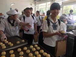 日本學生赴至善高中交流 吃月餅感新奇
