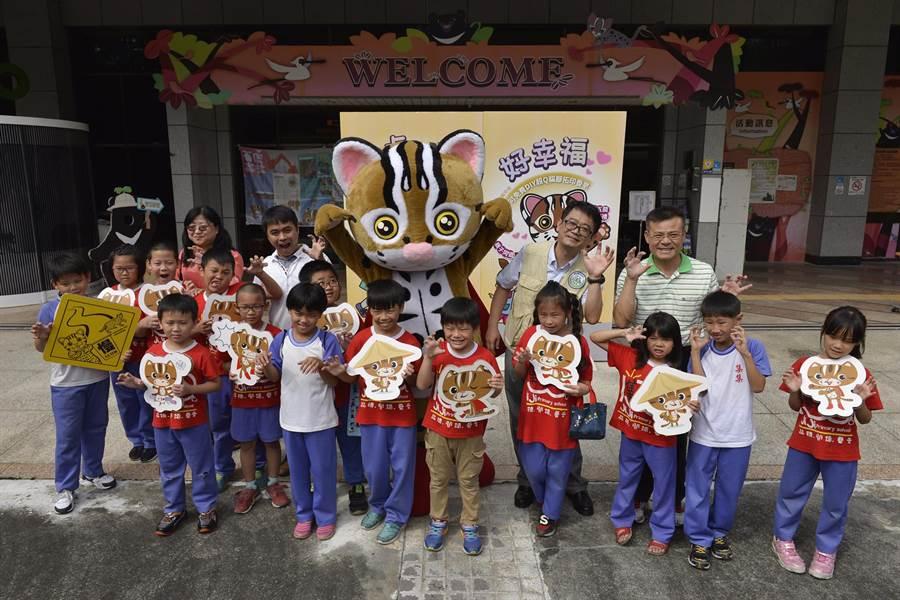 特生石虎周活動,保育大使「阿虎」與參加活動的學生合照。(特生中心提供)