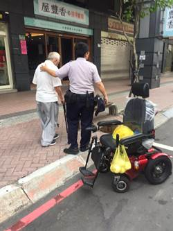 老翁電動輪椅突沒電停路中 警路過協助返家