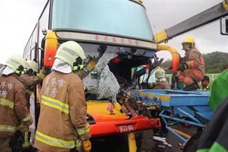 台62越南旅遊團遊覽車追撞意外 司機傷重卡駕駛座