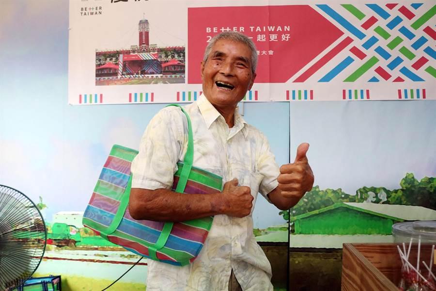 茄芷袋是台灣傳統農村最普遍的購物袋,近年來結合許多文創元素,更吹起一股茄芷袋的時尚潮流。(萬于甄攝)