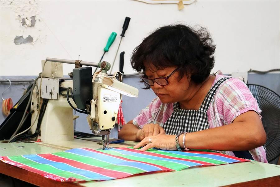 後壁無米樂社區的茄芷袋,都是社區媽媽手工縫製,做工精細,深受老中青三代喜愛。(萬于甄攝)