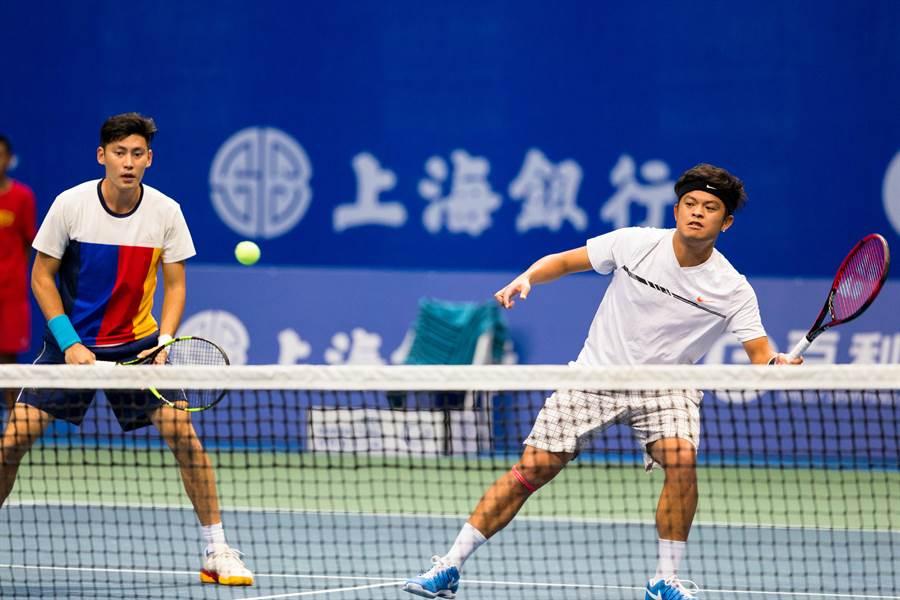 謝政鵬(右)在ATP深圳挑戰賽男雙成功衛冕冠軍。(資料照/海碩整合行銷提供)