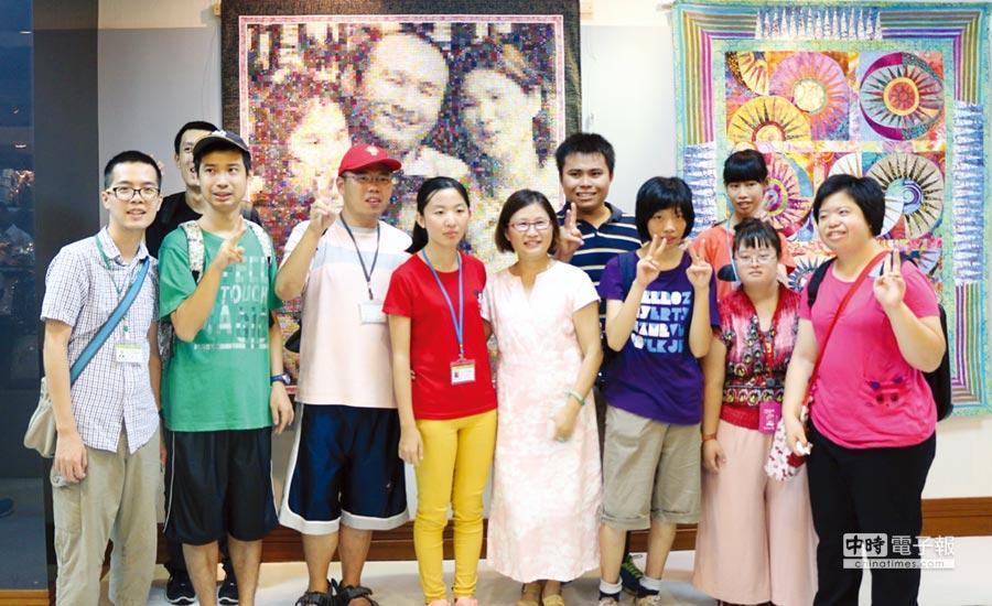 拼布藝術家江芳瑱(右四)與自閉症星星兒於拼布展會場合影。圖/朝陽科大提供