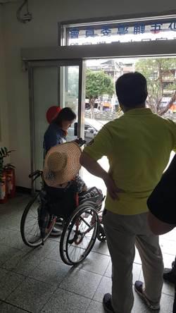 7旬婦「麵龜」黏假牙 暖警協助取出護送就醫打針
