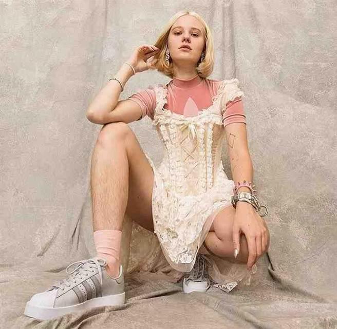 瑞典模特兒比斯托姆因為在這張愛迪達廣告上露出腿毛,收到了威脅強暴的訊息。(圖取自比斯托姆的IG)