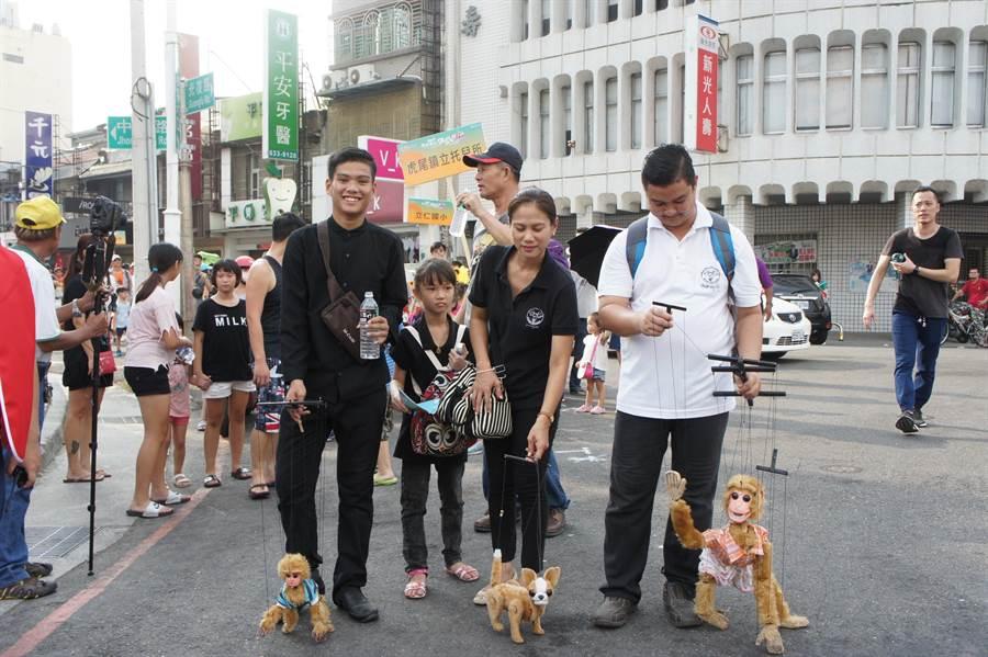 泰國的懸絲偶讓民眾直呼「好可愛喔」。(周麗蘭攝)