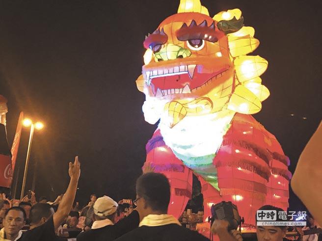 迓火獅進場,為萬年季活動掀起高潮。(李義攝)