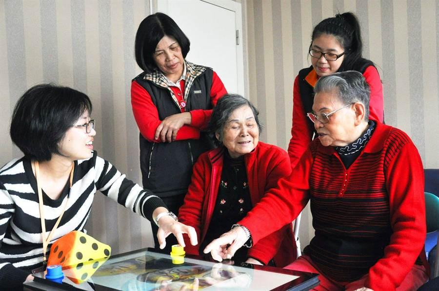 回憶錄大富翁到文山老人養護中心服務。(灰鯨設計提供)