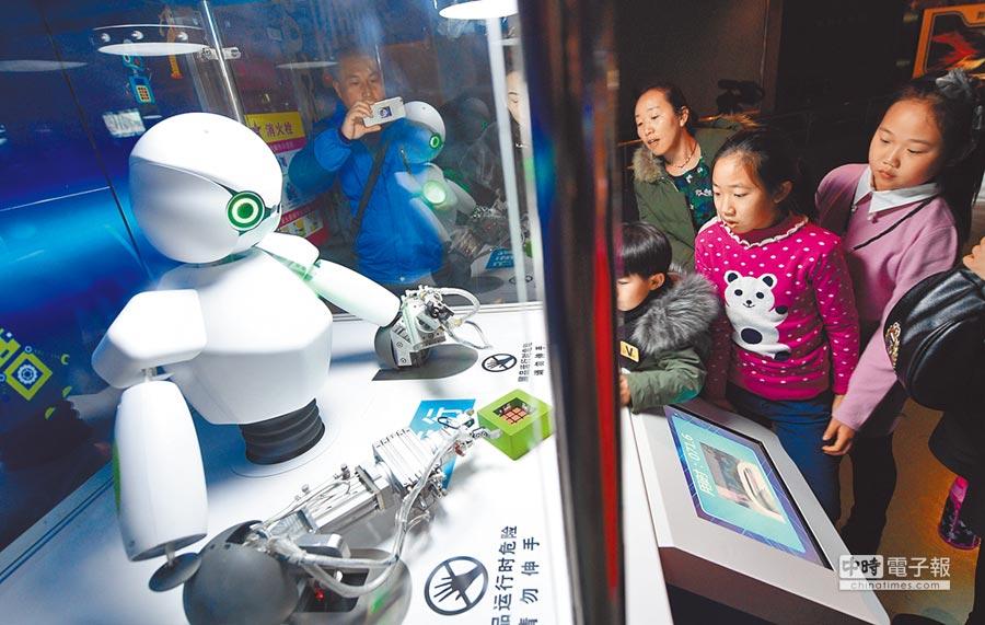 透過人機協作或智慧無人載具完成物流運送,大大提升零售及倉儲作業流暢度。  圖/新華社