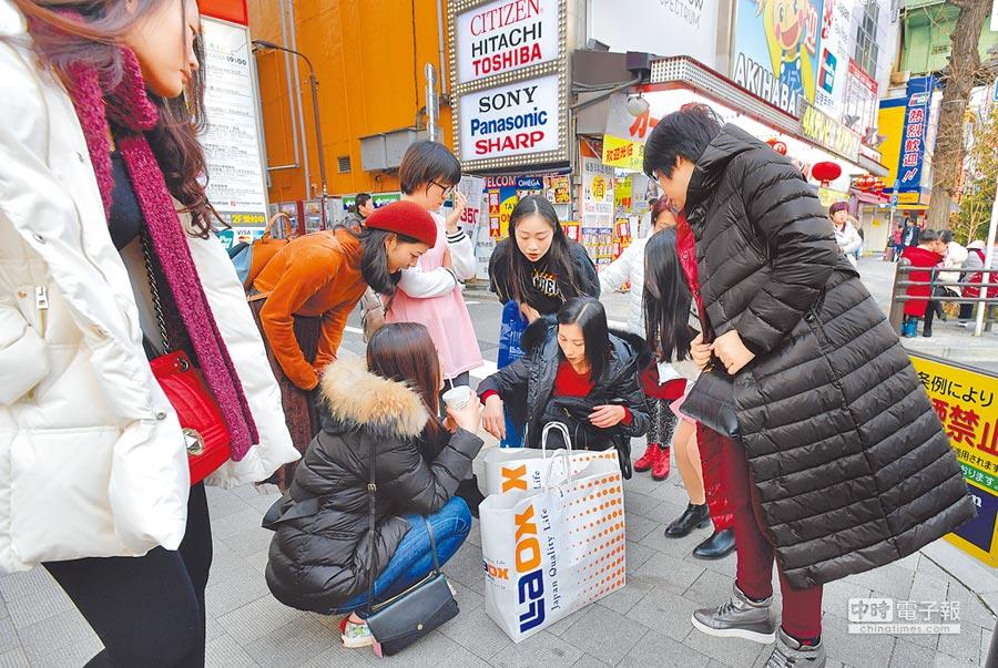 陸客在日本秋葉原購物。(CFP)