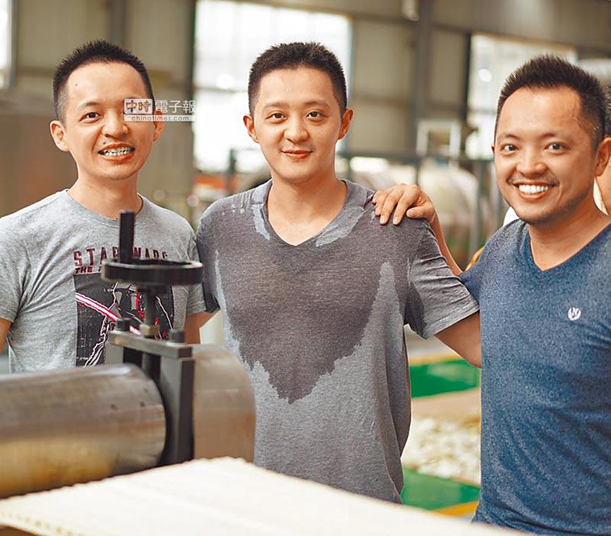 雲南斗六鈺統食品交棒給第二代經營,由大哥謝孟甫(左起)、二弟謝孟晃和三弟謝孟辰分工合作,耕耘海內外市場。(鈺統食品提供)