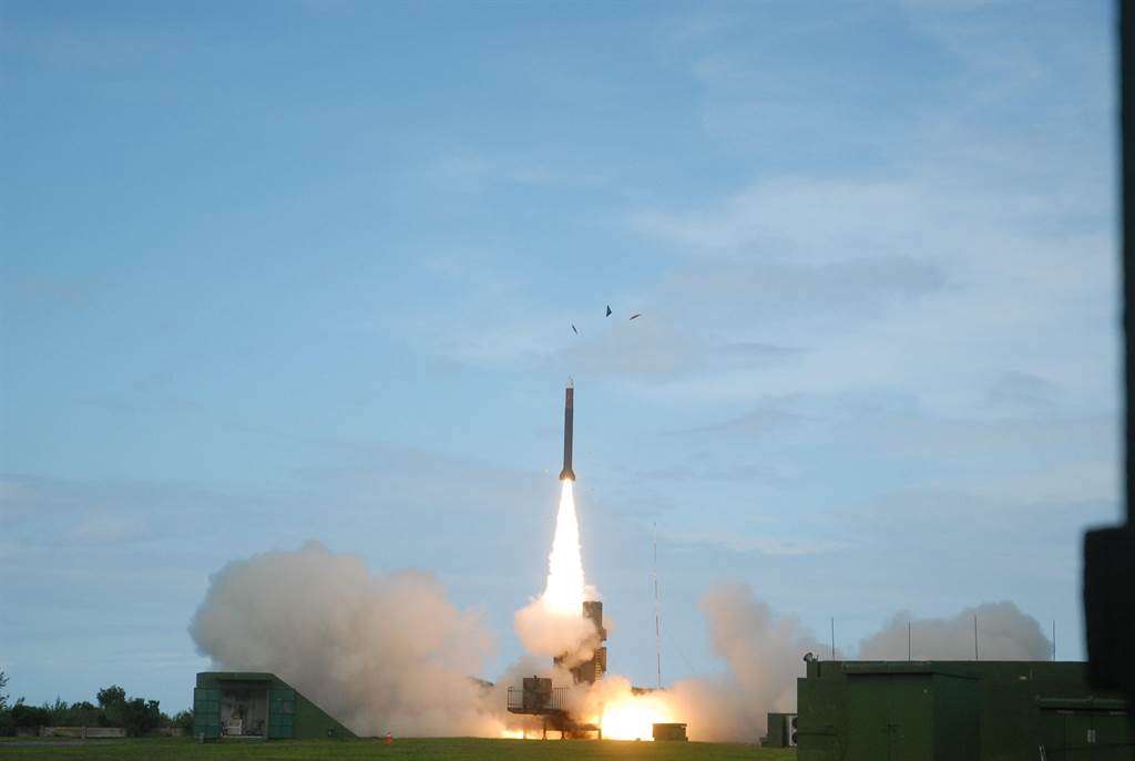 許多人認為台灣的防空網相當周密,可能擋下共軍的第一擊,我們當然希望如此,但是戰爭是千變萬化的,我們仍然難以猜測現有的防衛力量在戰爭來臨時能否全面完整的發揮。圖為天弓二型防空飛彈。(圖/中山科學院)