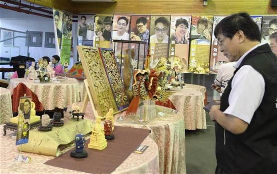 雲林縣傳統工藝協會主辦「五湖四海」國宴,「每道佳餚」,都令人駐足品賞。(許素惠攝)