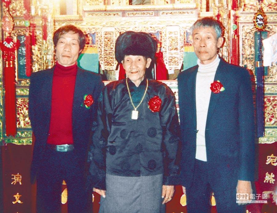 陳錫煌(右)的父親、布袋戲大師李天祿(中)80大壽時,陳錫煌與父親、弟弟李傳燦合影。(陳錫煌提供)