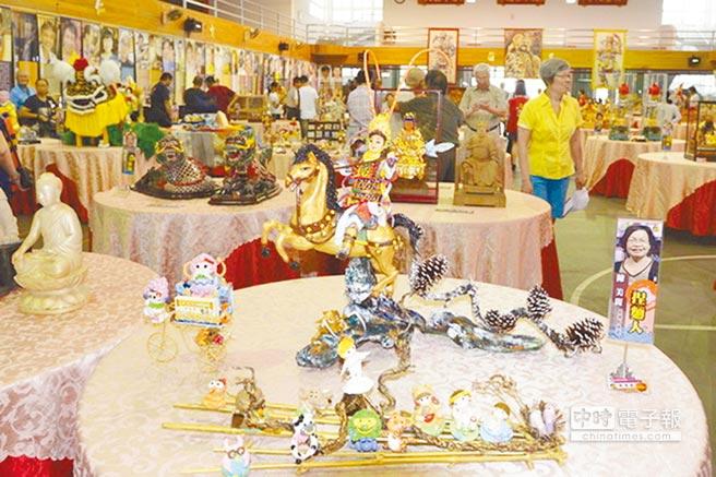 雲林縣傳統工藝協會主辦「五湖四海」國宴,匯集了全國百大工藝師巧奪天工大作,成為另類的滿漢全席。(許素惠攝)