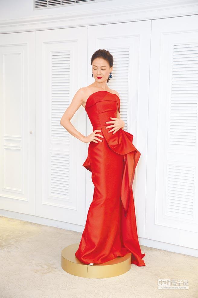 林莉建議挑選俐落剪裁搭配單色調布料的亮眼禮服,為如柯淑勤般「大齡」女子創造強大氣場,穿Chai Gold Label豔紅色卡肩立體抓縐長禮服3萬8480元。(Linli婚紗攝影提供)
