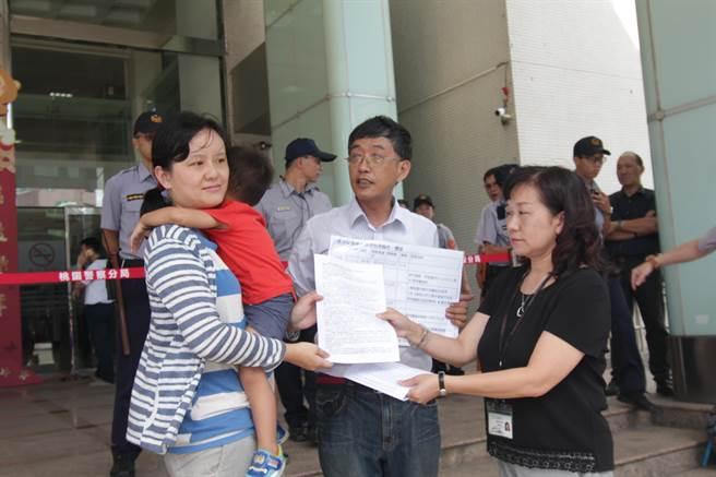 護樹團體將寫有訴求的書類遞交給農業局人員。(葉臻攝)