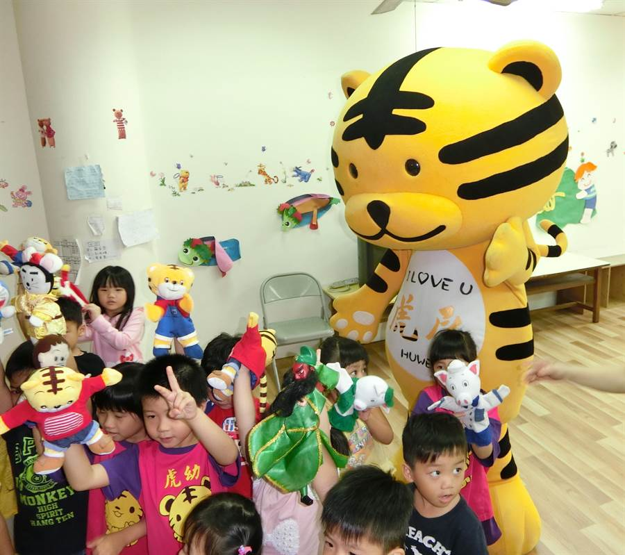 虎尾吉祥物虎尾虎受到小朋友喜愛。(許素惠攝)