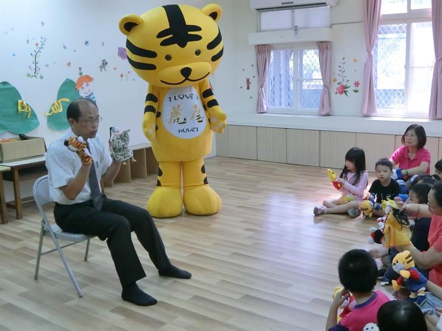 虎尾吉祥物虎尾虎到鎮立幼兒園,為小朋友講授布袋戲的由來與淵源,鎮長林文彬當助教,小朋友聽得很專注。(許素惠攝)